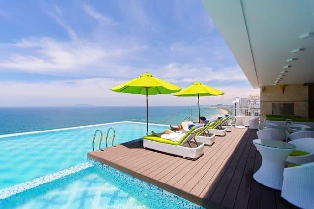View hồ bơi của khách sạn
