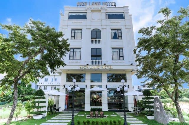 RichLand Hotel từ bên ngoài phủ màu xanh mát