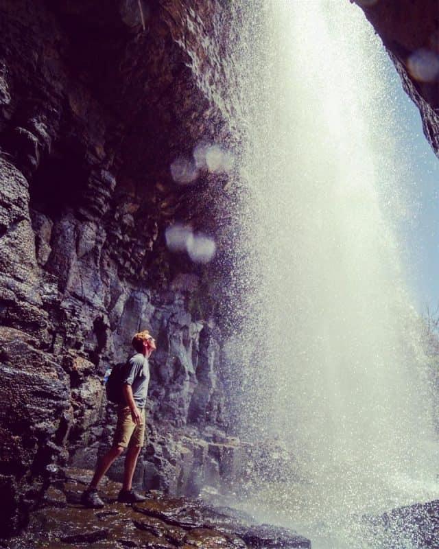 Khám phá hang động nằm dưới chân thác (Ảnh ST)