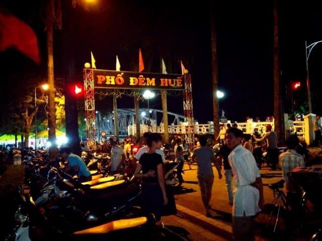 Tản bộ về đêm ở Huế (Ảnh: ST)