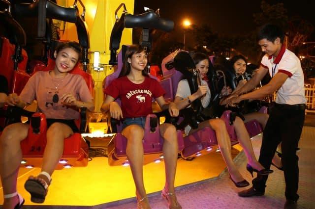 Du khách tham gia trò chơi Singapore Sling