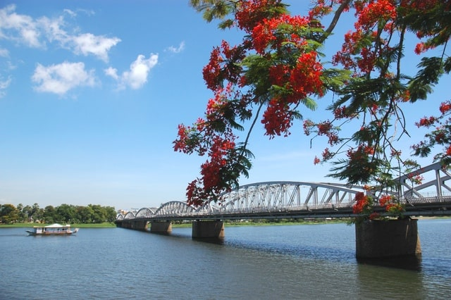 Ngắm trọn vẻ đẹp thành phố Huế ở sông Hương (Ảnh: ST)