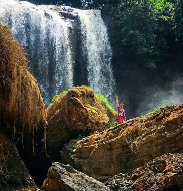 Du khách thích thú check-in tại thác Voi (Ảnh ST)