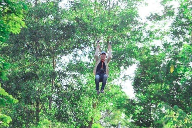 Du khách thích thú tham gia trượt zipline