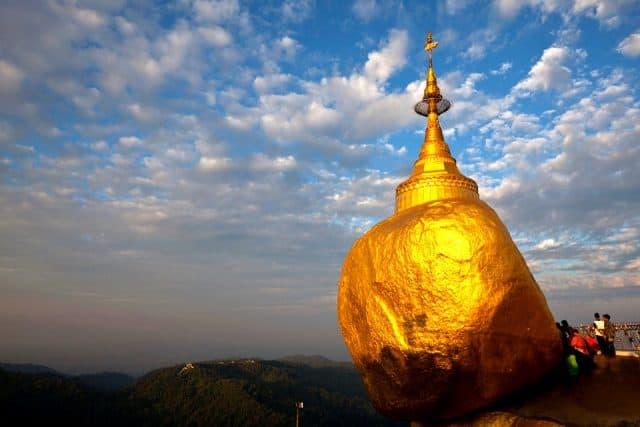 Chùa Kyaikhtiyo trên hòn đá vàng trở thành địa điểm du lịch Myanmar độc đáo nhất