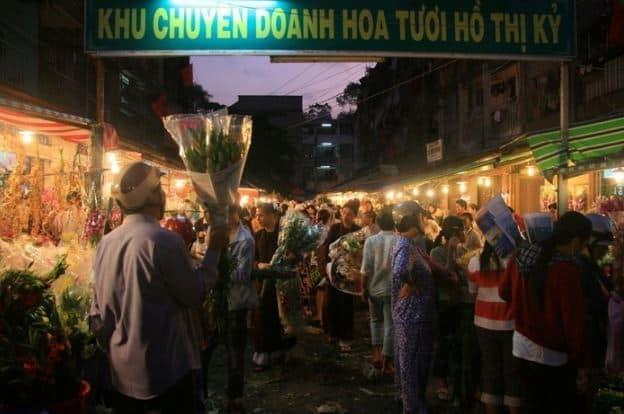 khung cảnh nhộn nhịp chợ đêm Hồ Thị Kỷ