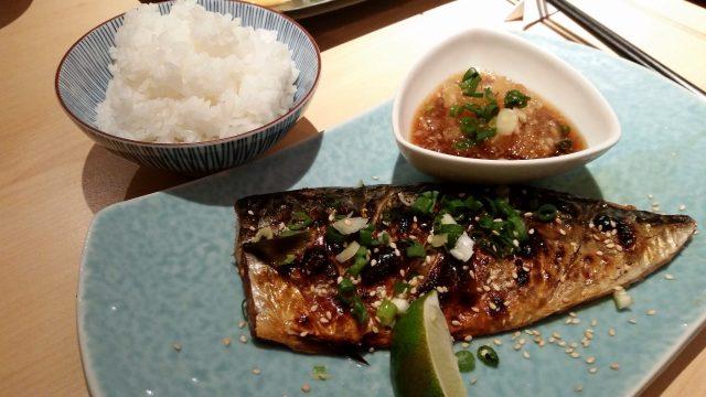 Cá măng biển rán ăn kèm với chanh (Ảnh: ST)