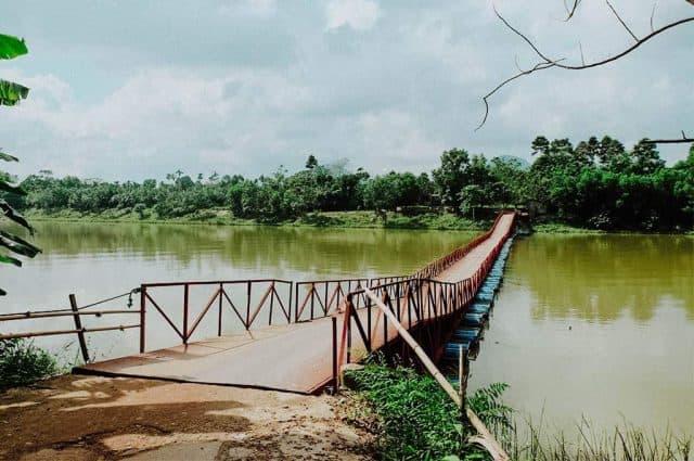 Cây cầu phao nối liền Lăng Gia Long và khu dân cư (Ảnh ST)