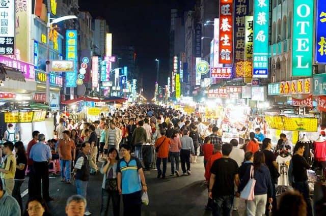 Chợ đêm Liuhe nhộn nhịp người qua (Ảnh ST)