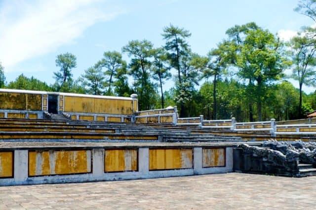 Lăng mộ được bao bọc bởi những lớp tường thành kiên cố (Ảnh ST)