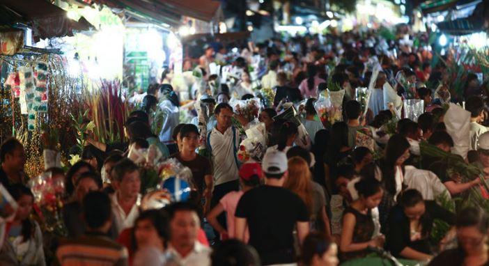 khung cảnh tấp nập chợ hoa đêm Hồ Thị Kỷ