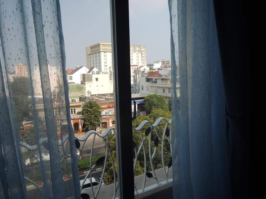Vừa có vị trí tốt lại vừa có view đẹp, chẳng trách Iris Hotel luôn trong tình trạng đông khách