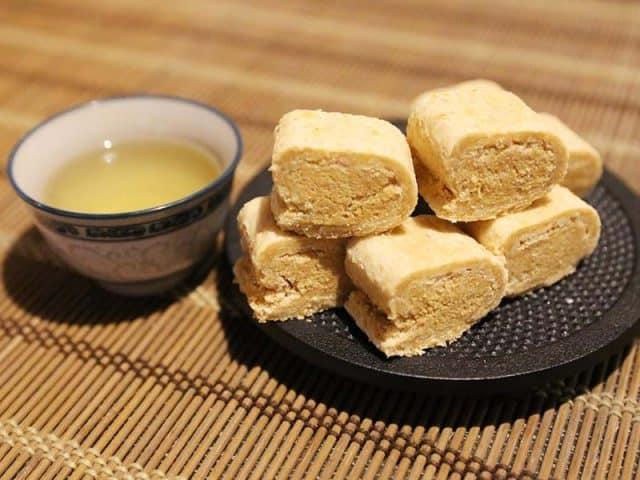 Kẹo đậu phộng ngọt rất thích hợp ăn kèm khi thưởng thức trà (Ảnh: ST)