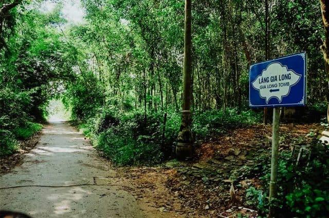 Lối đi rợp bóng cây xanh khi vào lăng (Ảnh ST)