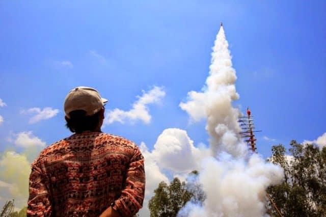 Cuộc thi phóng tên lửa tại lễ hội Thái Lan (Ảnh ST)
