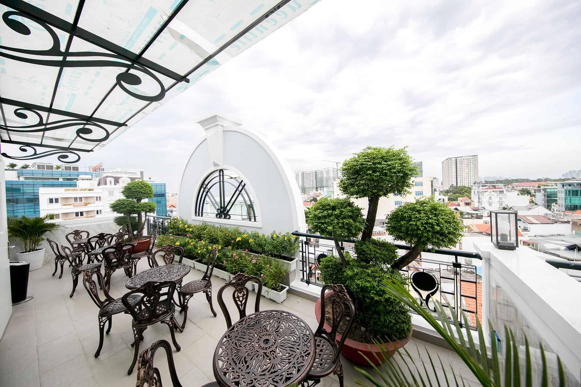 Chán check in khu vực bên trong thì hãy ra ban công lấy chút view Sài Gòn nào!