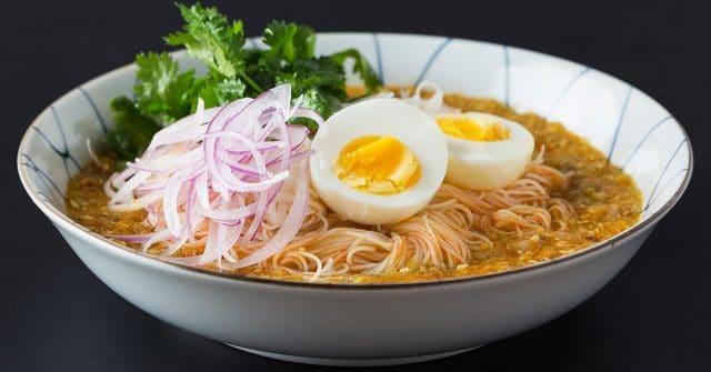 """Mohinga - món ăn được mệnh danh là """"quốc hồn quốc túy"""" của Myanmar (Ảnh ST)"""