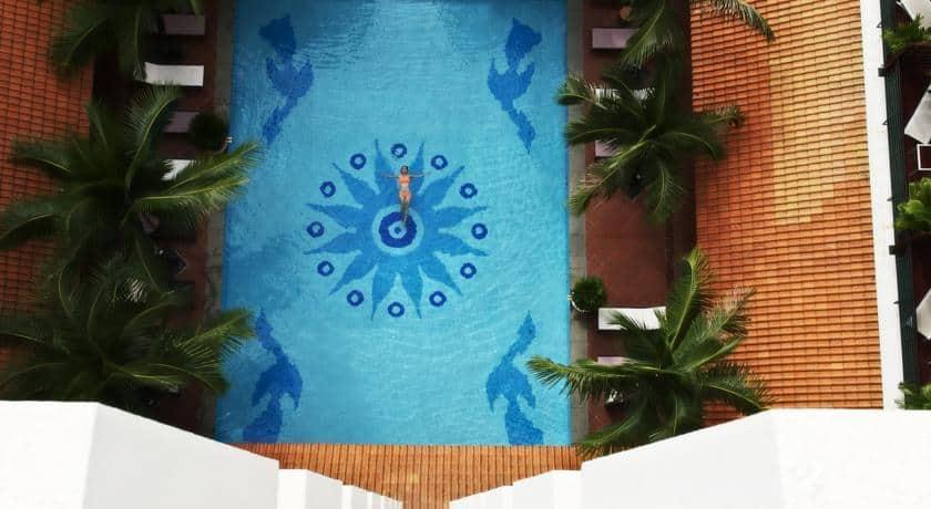 Ai cũng muốn lưu lại khoảnh khắc thư thái khi đằm mình vào làn nước trong xanh tại Parkroyal Saigon