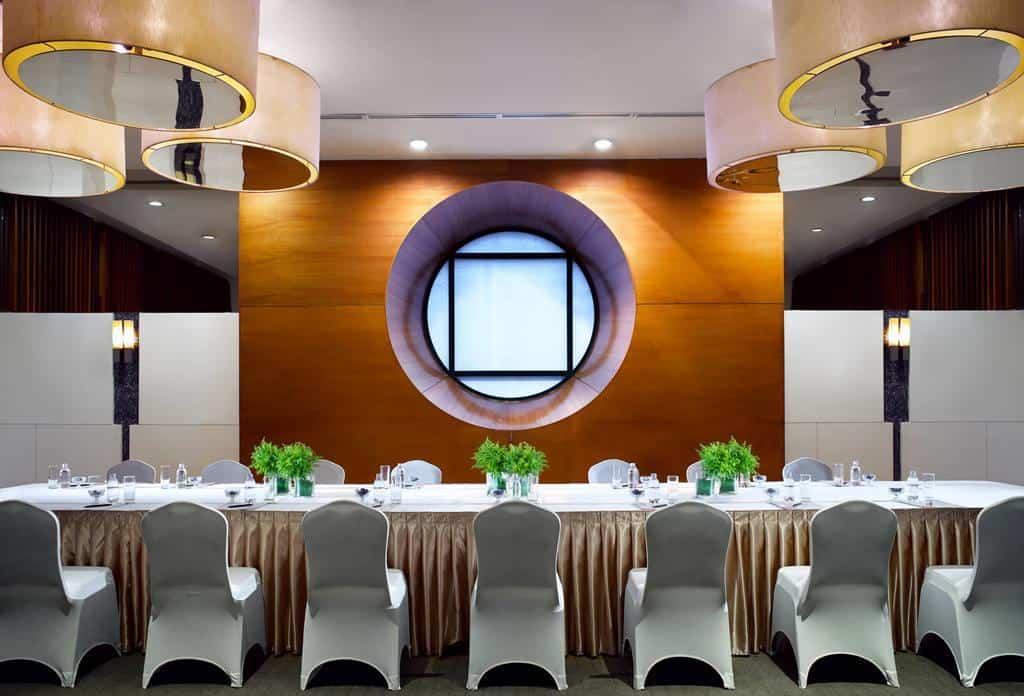 Du lịch tập thể cùng công ty mà được nghỉ chân tại những nơi có hệ thống phòng ăn tập thể đẹp đẽ như này thì quá tuyệt!