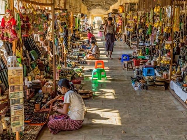Những món quà lưu niệm đa dạng ở khu chợ Myanmar (Ảnh ST)