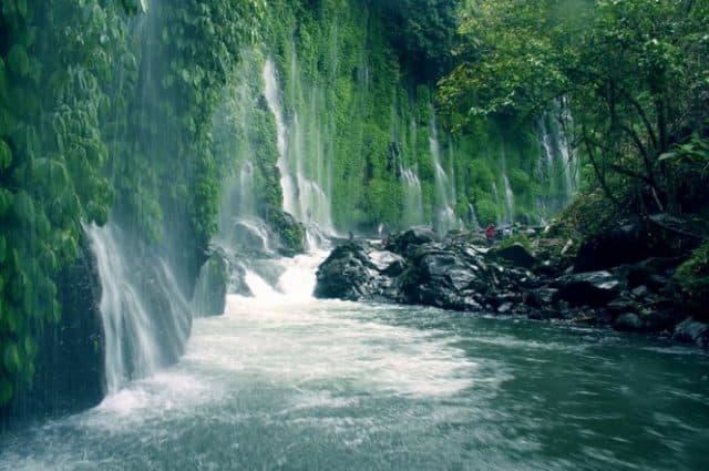 Thác nước tuyệt mỹ giữa núi rừng (Ảnh: ST)