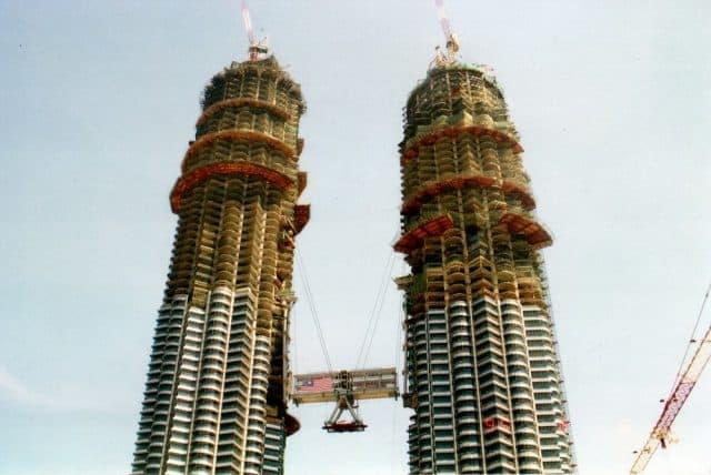 Khám phá tòa tháp đôi Malaysia cao chọc trời - Petronas Twin Towers