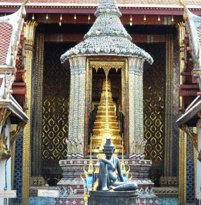 Viên Ngọc Lục Bảo đặt trên án thờ cao 11m (Ảnh ST)