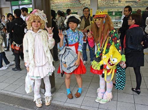 Các bạn trẻ mặc đồ cosplay tại phố Harajuku