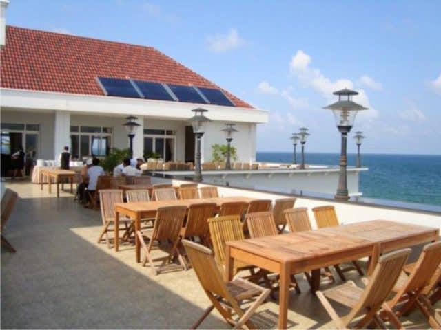 Ngồi ở khách sạn ngắm cảnh biển (Ảnh ST)