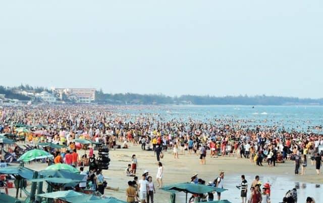 Khách du lịch đến tắm biển tham quan biển Vũng Tàu (Ảnh ST)