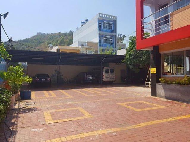 Khu vực sân kết hợp nhà để xe rộng rãi (ảnh ST)
