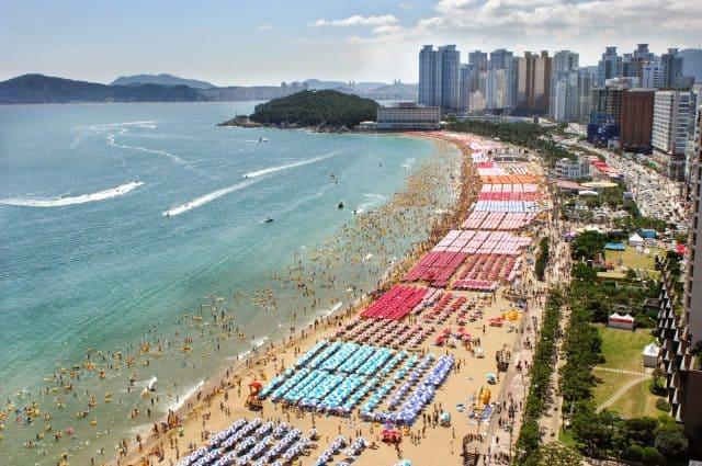 Bãi biển ở Busan hấp dẫn du khách (Ảnh: ST)