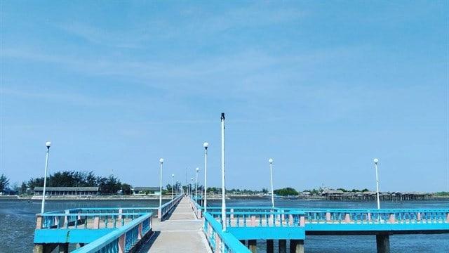 Cây cầu xanh nổi bật dẫn ra biển (ảnh ST)