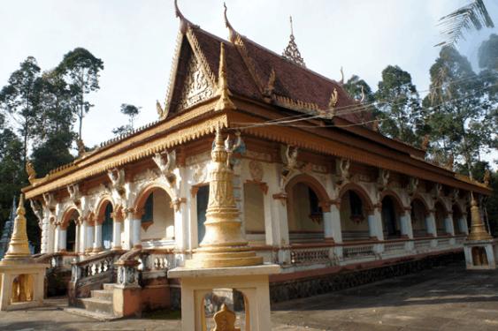 Cổng chùa được xây dựng với ba ngọn tháp ở trên, có đắp hình chằn. Hai bên trụ cổng là hình vũ nữ Kẽn naarr và tượng người đầu chim (ảnh sưu tầm)