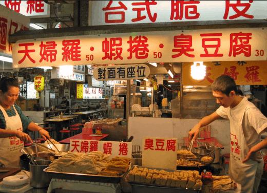 Chợ đêm Đài Loan thường có hệ thống hàng quán vui chơi kết hợp ẩm thực (ảnh ST)