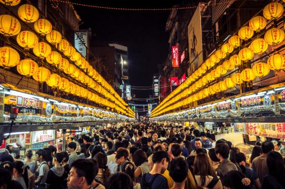 Chợ Miếu Khẩu không lẫn đi đâu được nhờ hệ thống đèn lồng đặc trưng (ảnh ST)