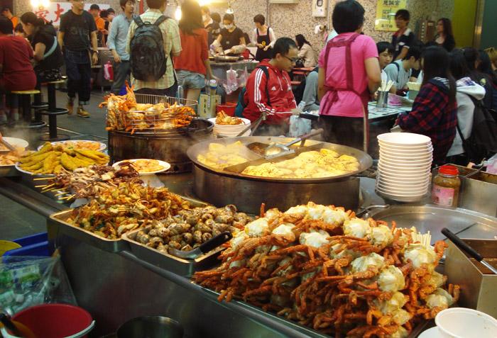 Nhiều đồ ăn vặt được bán tại đây