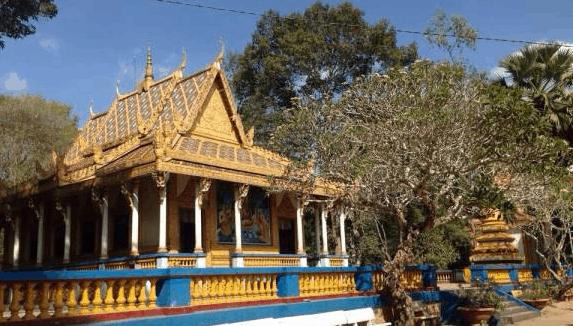 Ngôi chùa trầm mặc trong màu xanh cây cối (ảnh ST)