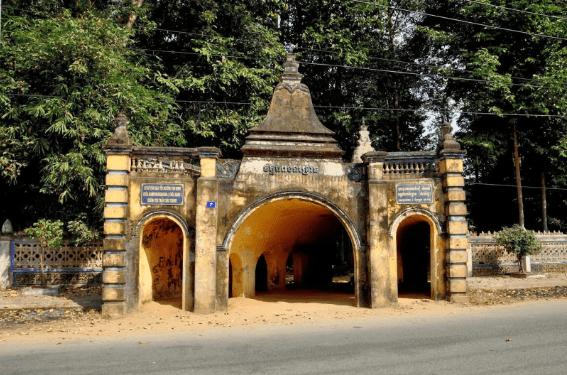 Cánh cổng chùa Hang dẫn vào thế giới tâm linh