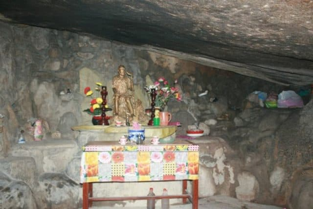 Bên trong hang Tổ