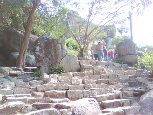 Đường lên chùa Ông Núi