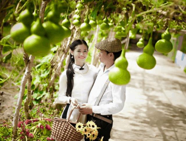 Con gái chắc hẳn ai cũng ước mong được chụp ảnh cưới ở một thiên đường hoa (ảnh ST)