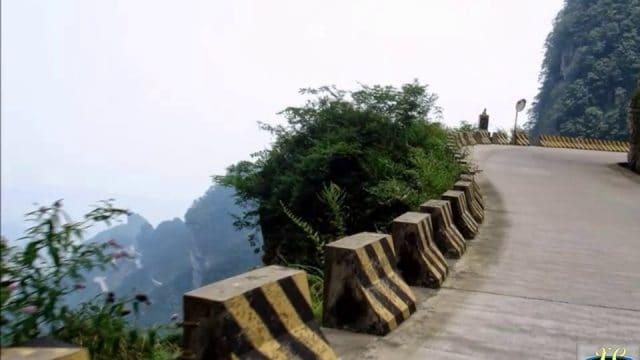 Con đường lên núi thách thức nhiều tay lái lụa (ảnh ST)