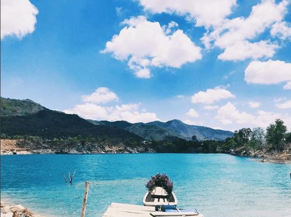 """Những chiếc thuyền xinh xinh trên hồ Đá Xanh phục vụ công cuộc """"sống ảo"""" (ảnh ST)"""