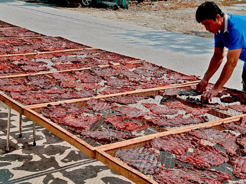 Khô trâu Thạnh Trị được phơi khô nhiều ngày để săn chắc mà vẫn ngọt thịt