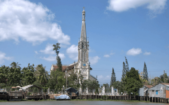 Nhà thờ Cái Bè nổi bật bên cạnh dòng sông Tiền