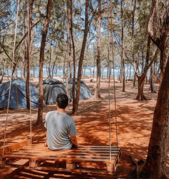 Một bạn trẻ trót yêu khu vực cắm trại Zenna Pool Camp (ảnh ST)