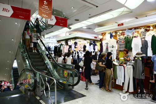 Trong khu mua sắm quầy thời trang được bày trí gọn gàng (ảnh ST)