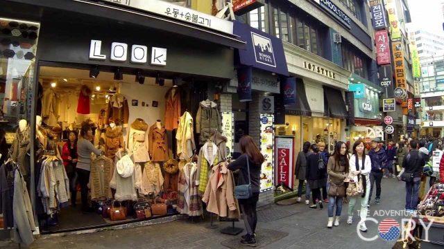 Phố đi bộ tập trung khá nhiều cửa hàng thời trang (ảnh ST)