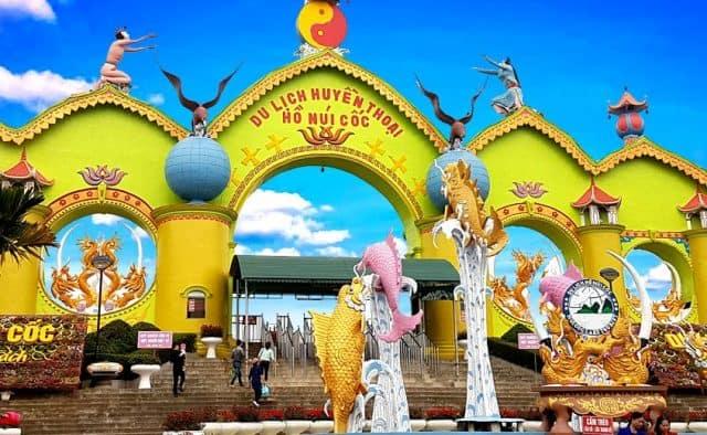 Cổng vào khu du lịch hồ núi cốc